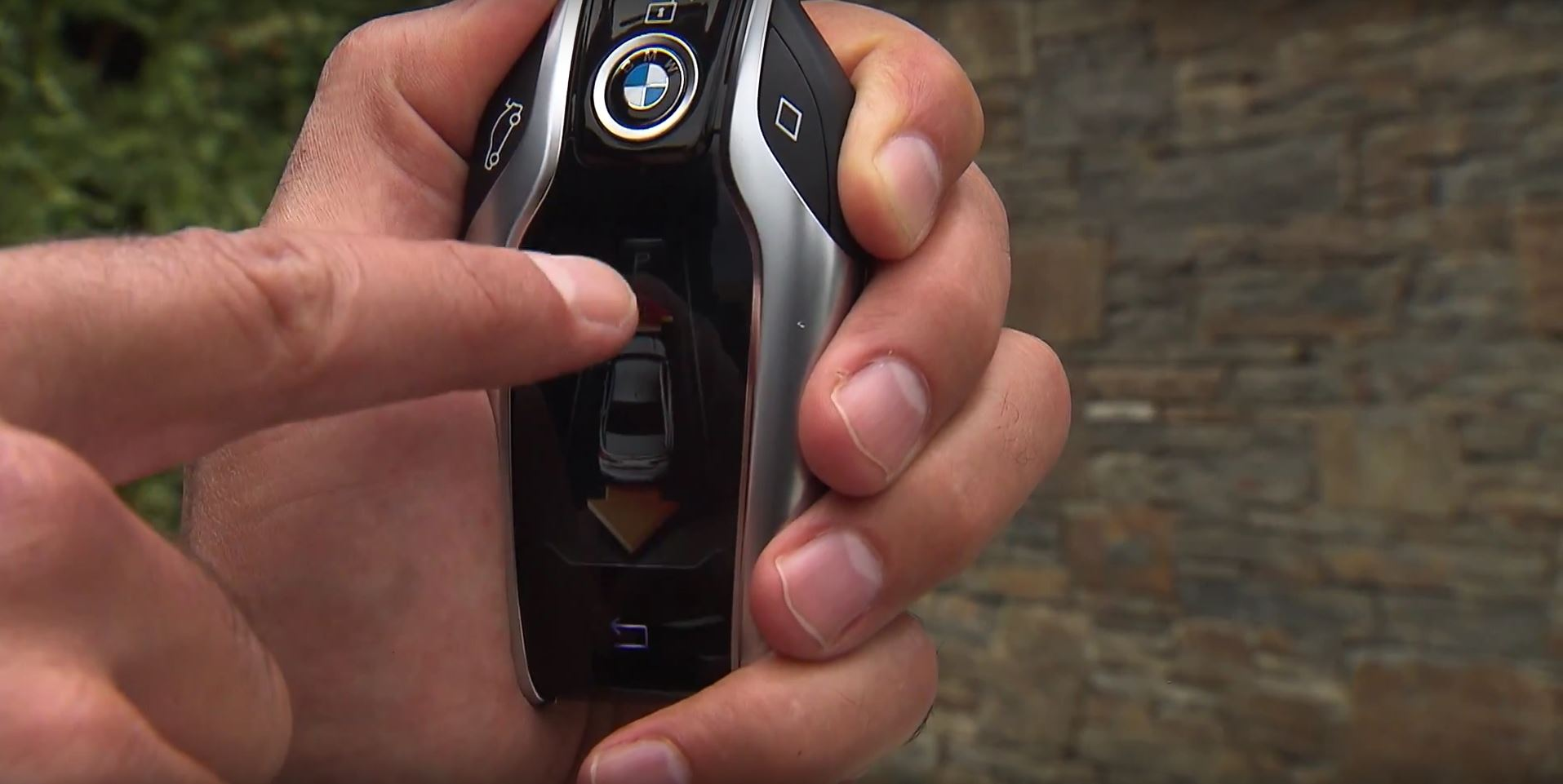 2016 BMW 7 Series Parking Itself Using The Key Fob Is Mesmerizing