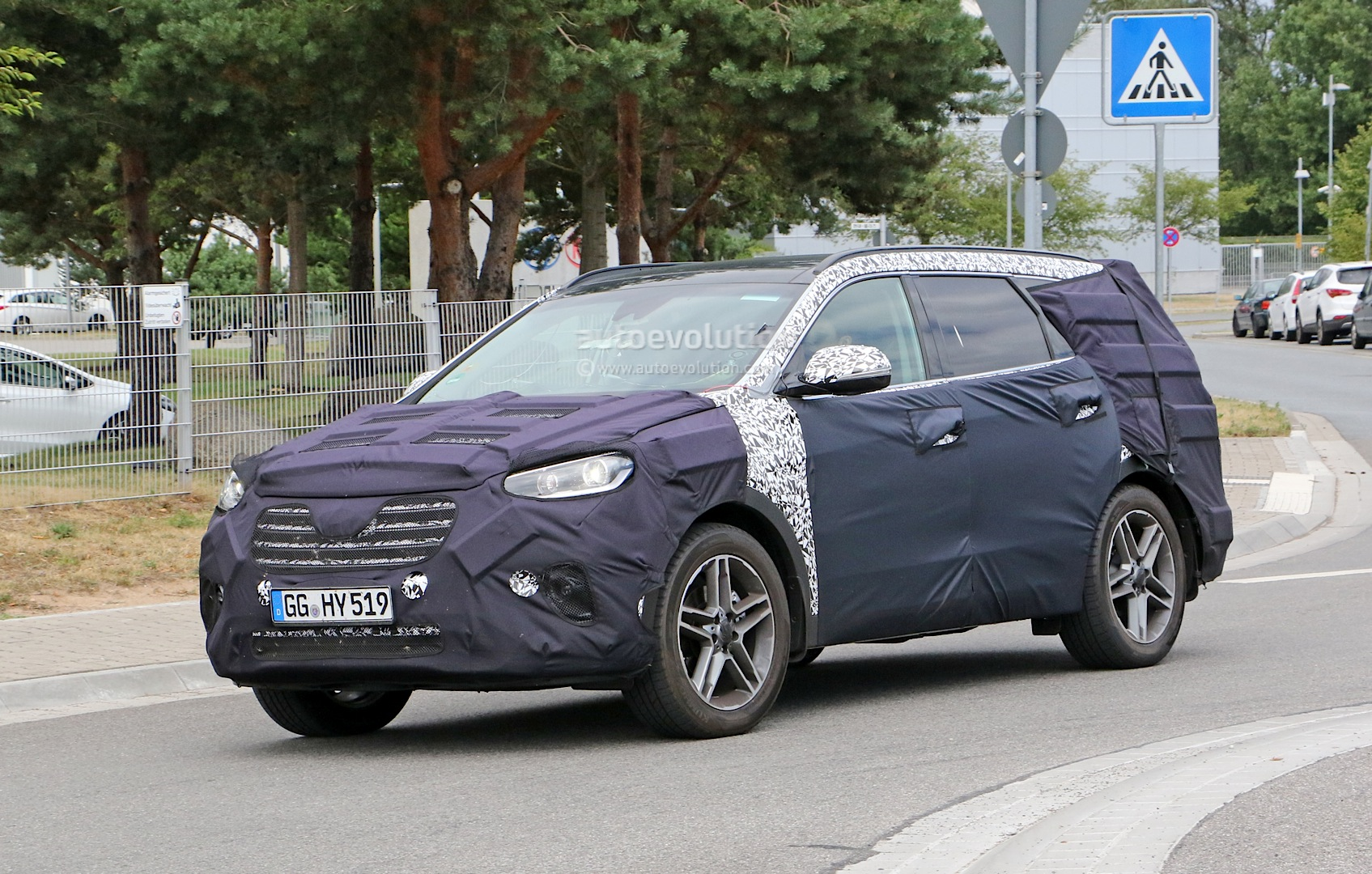 2016 hyundai grand santa fe facelift spied in germany photo gallery. Black Bedroom Furniture Sets. Home Design Ideas
