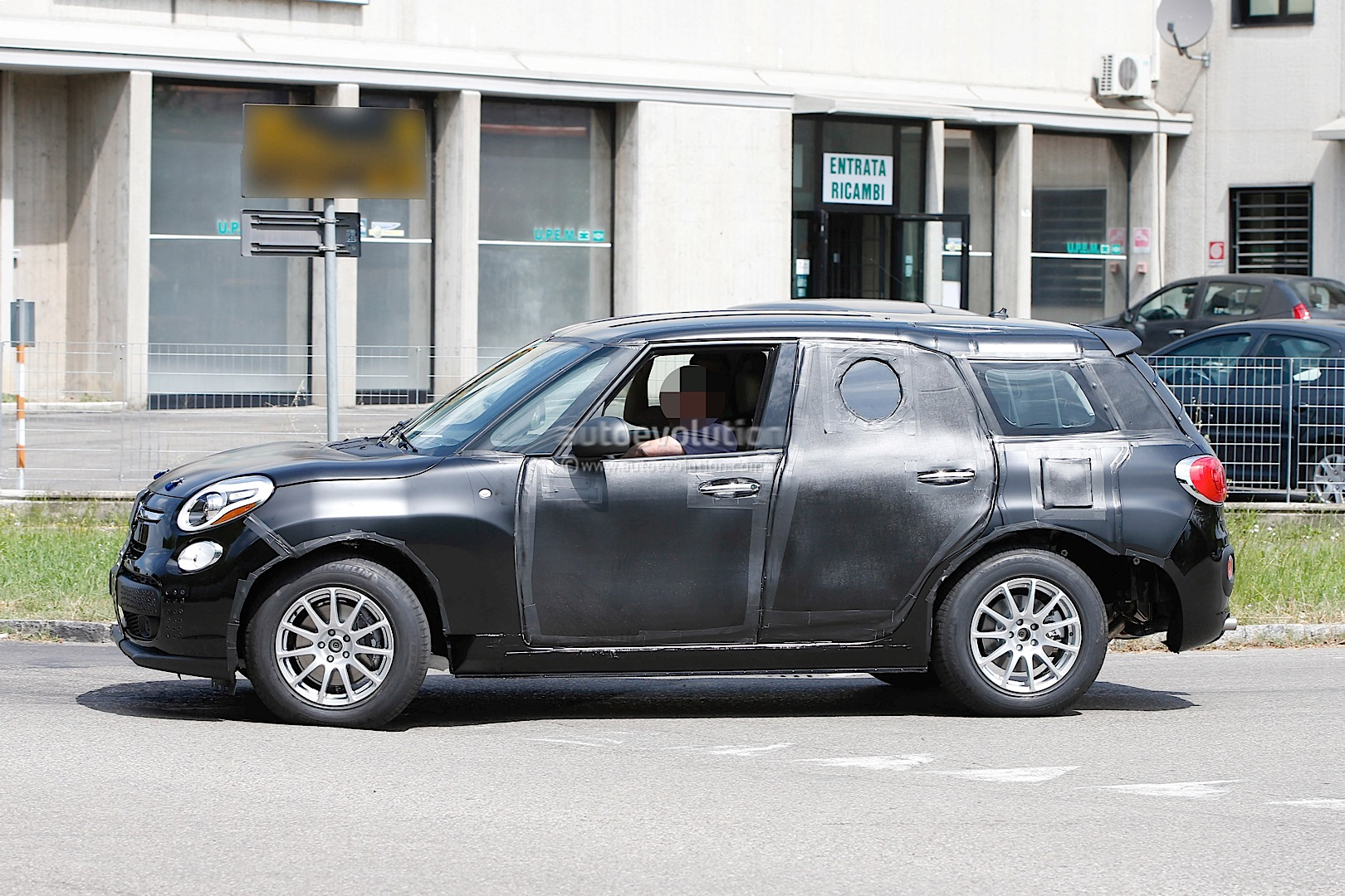 2017 alfa romeo tipo 949 crossover suv spied wearing a. Black Bedroom Furniture Sets. Home Design Ideas