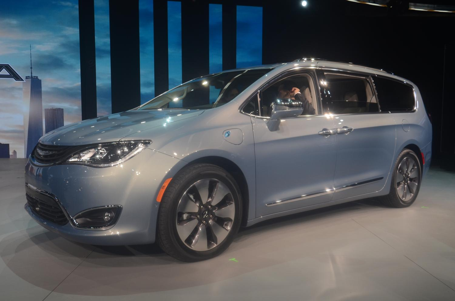 2017 chrysler pacifica hybrid hits 75 mph in ev mode has two electric motors autoevolution. Black Bedroom Furniture Sets. Home Design Ideas