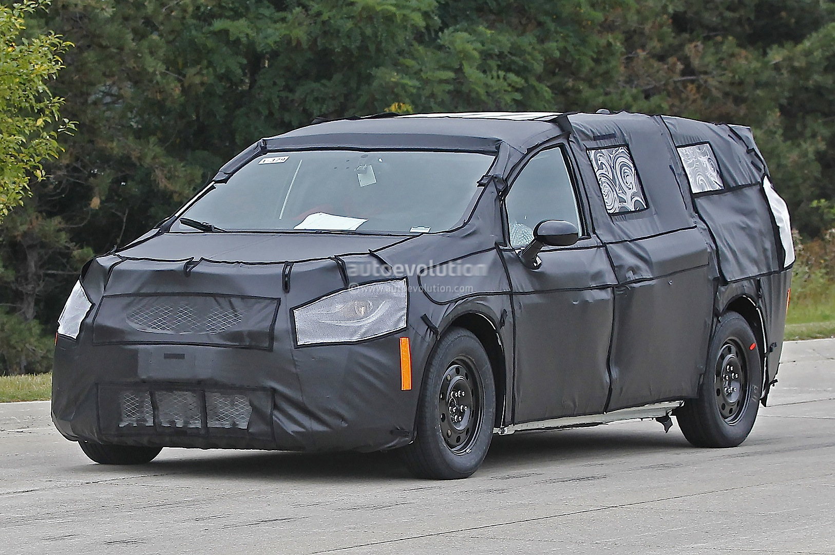 2017 Chrysler Town & Country Spied Up Close and Personal - autoevolution