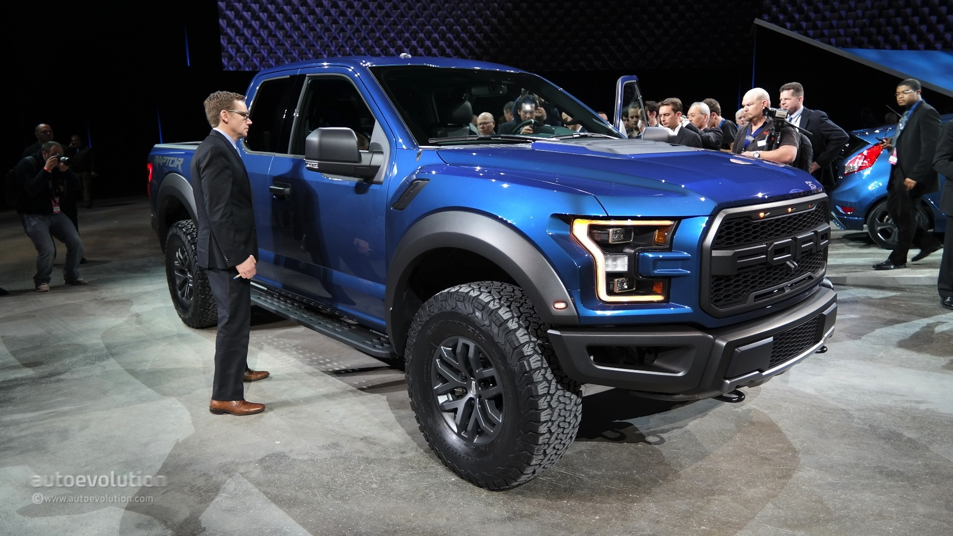 2017 ford f 150 raptor debuts at detroit feels more practical live photos autoevolution. Black Bedroom Furniture Sets. Home Design Ideas