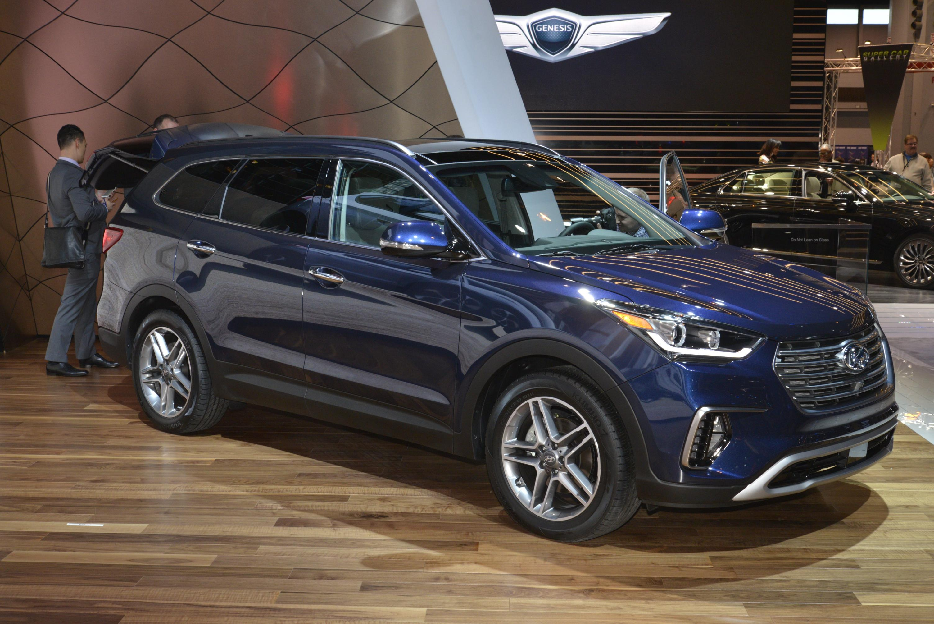 2017 Hyundai Santa Fe Thinks It S Got A Y Facelift In Chicago