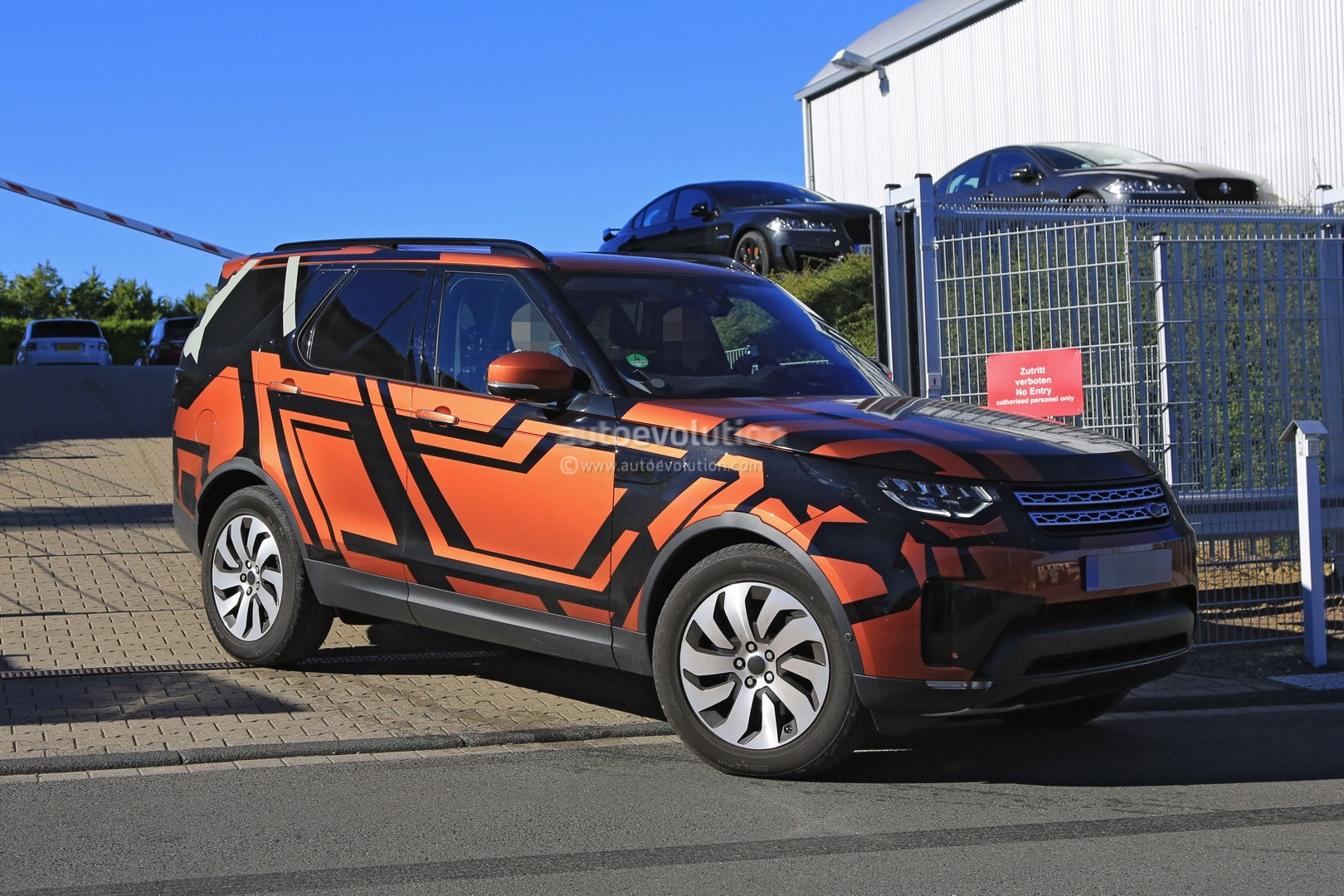 2017 Land Rover Discovery 5 / 2018 Land Rover LR5 Spied ...