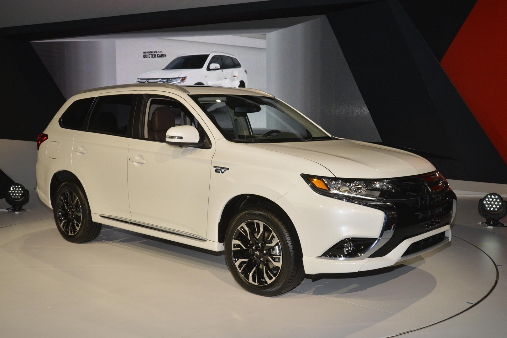 2017 outlander phev makes us debut mitsubishi promises