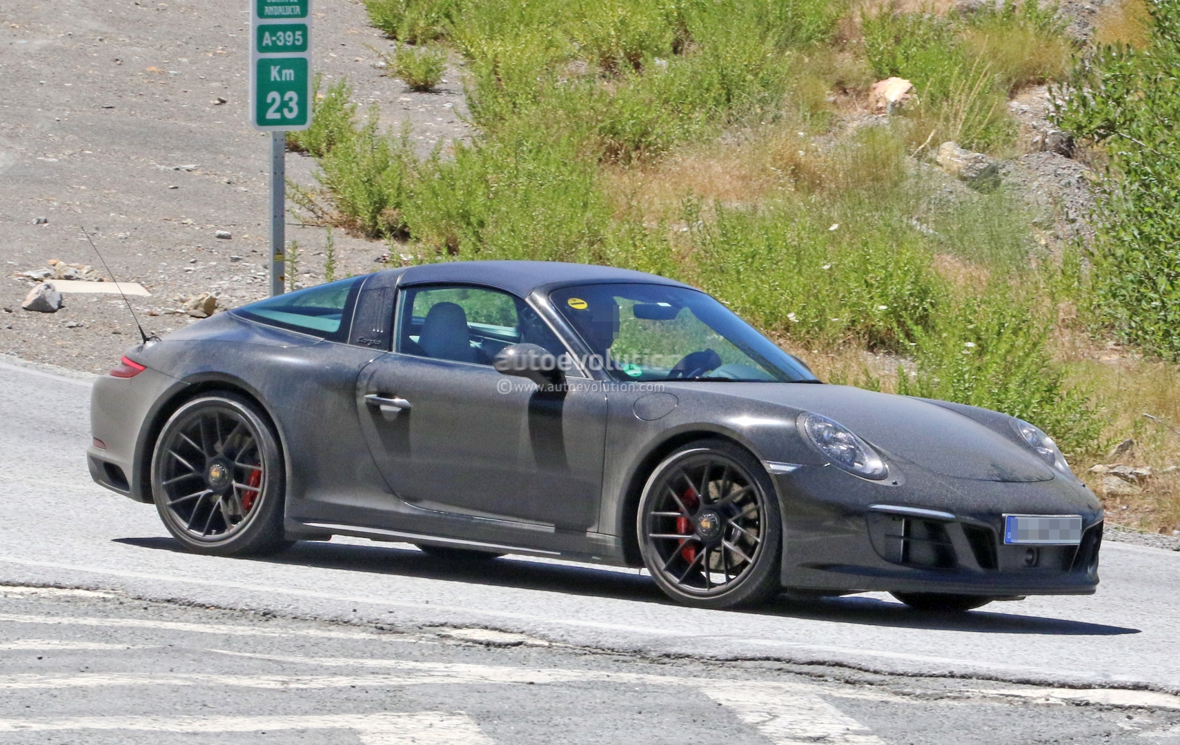 2017 porsche 911 targa gts revealed in spyshots with black roof bar paris debut autoevolution. Black Bedroom Furniture Sets. Home Design Ideas