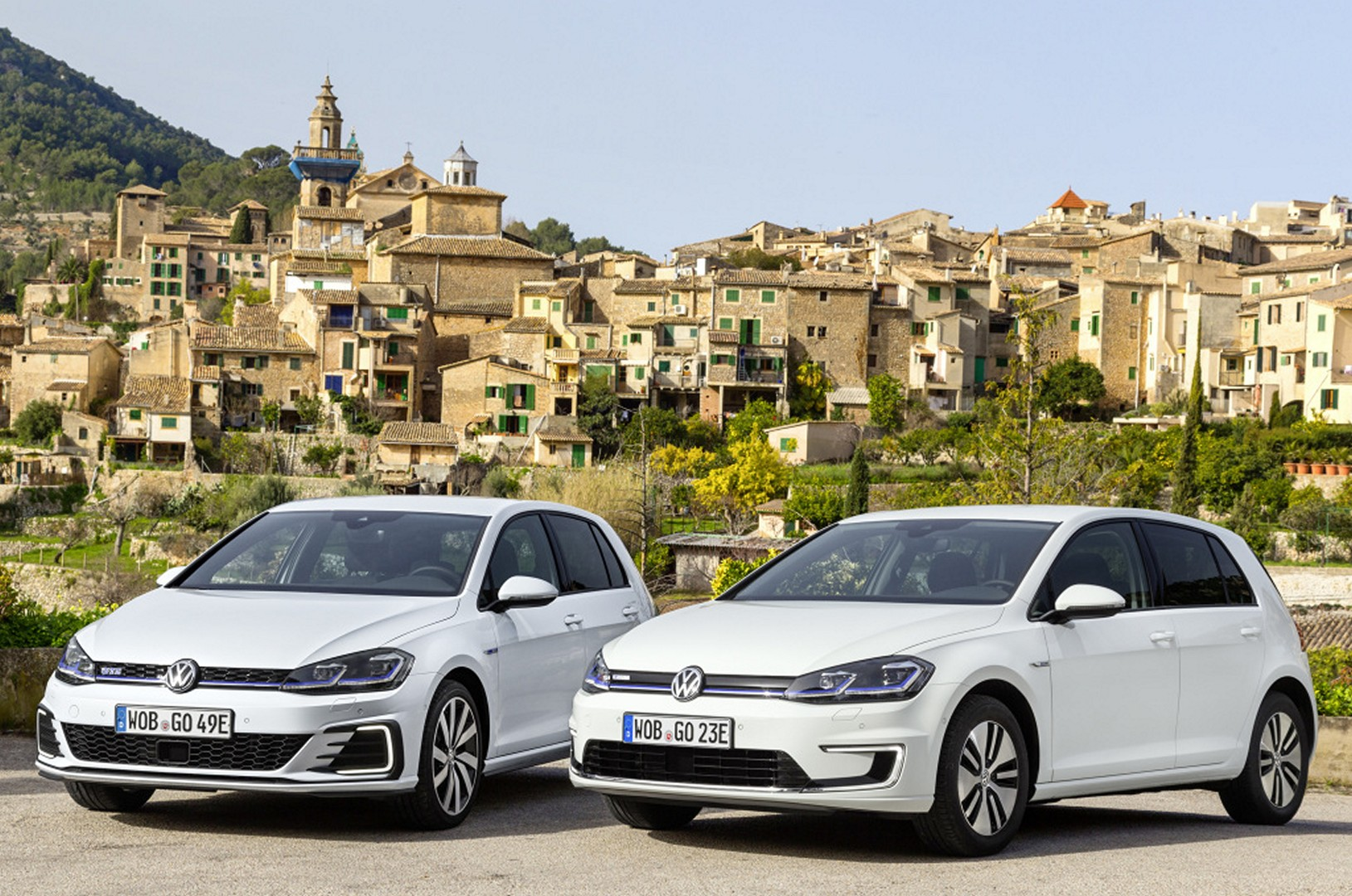 2017 Volkswagen E Golf And Gte Stand Side By To Be Compared