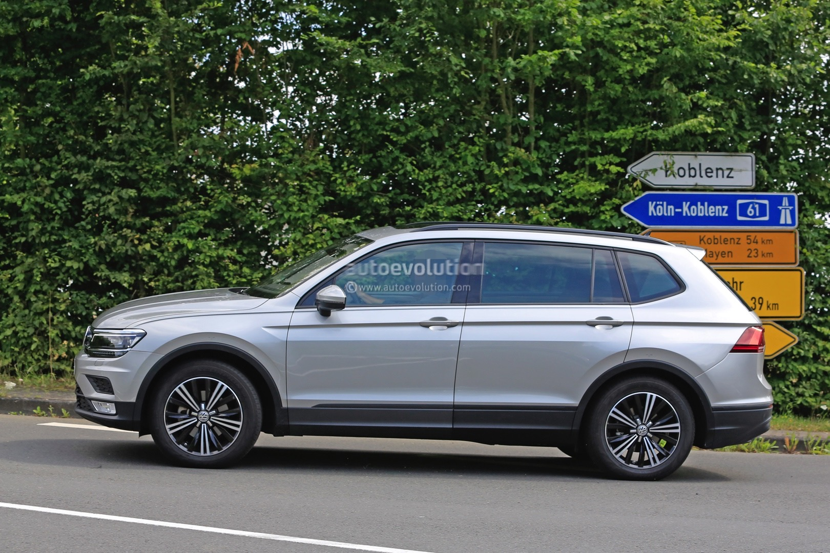 2017 Volkswagen Tiguan XL Spied Without Camouflage, Looks Exactly As Expected - autoevolution