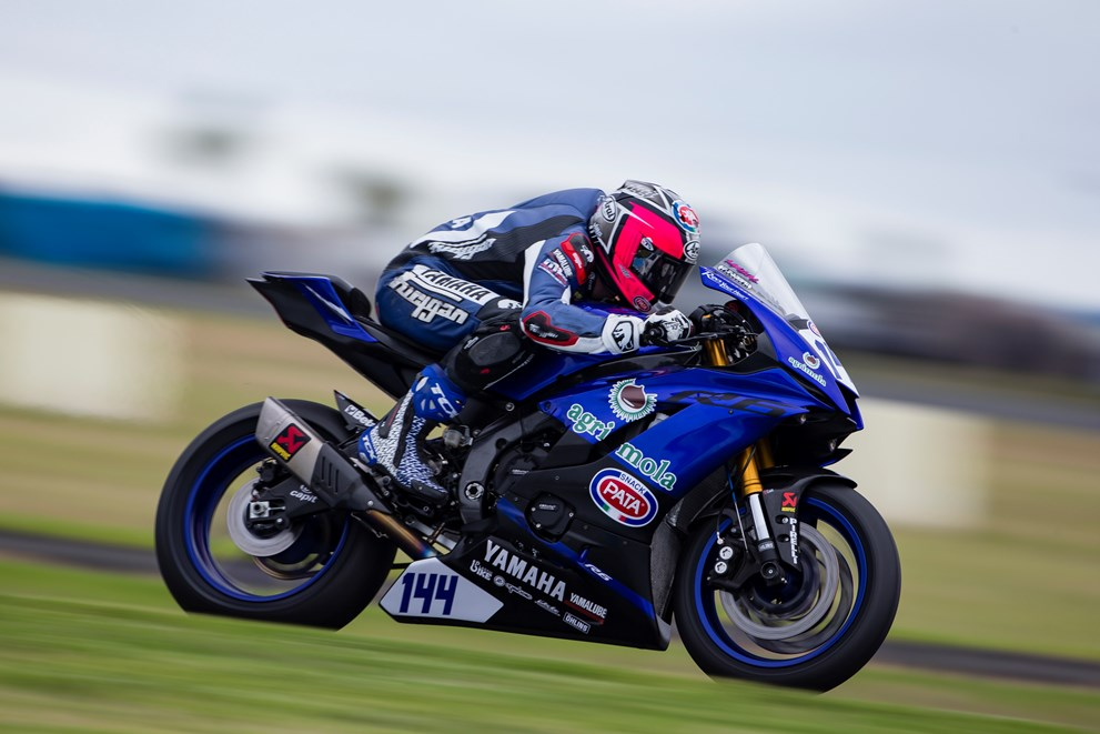 2017 yamaha r6 s first world supersport race ends 0 001 seconds behind leader autoevolution