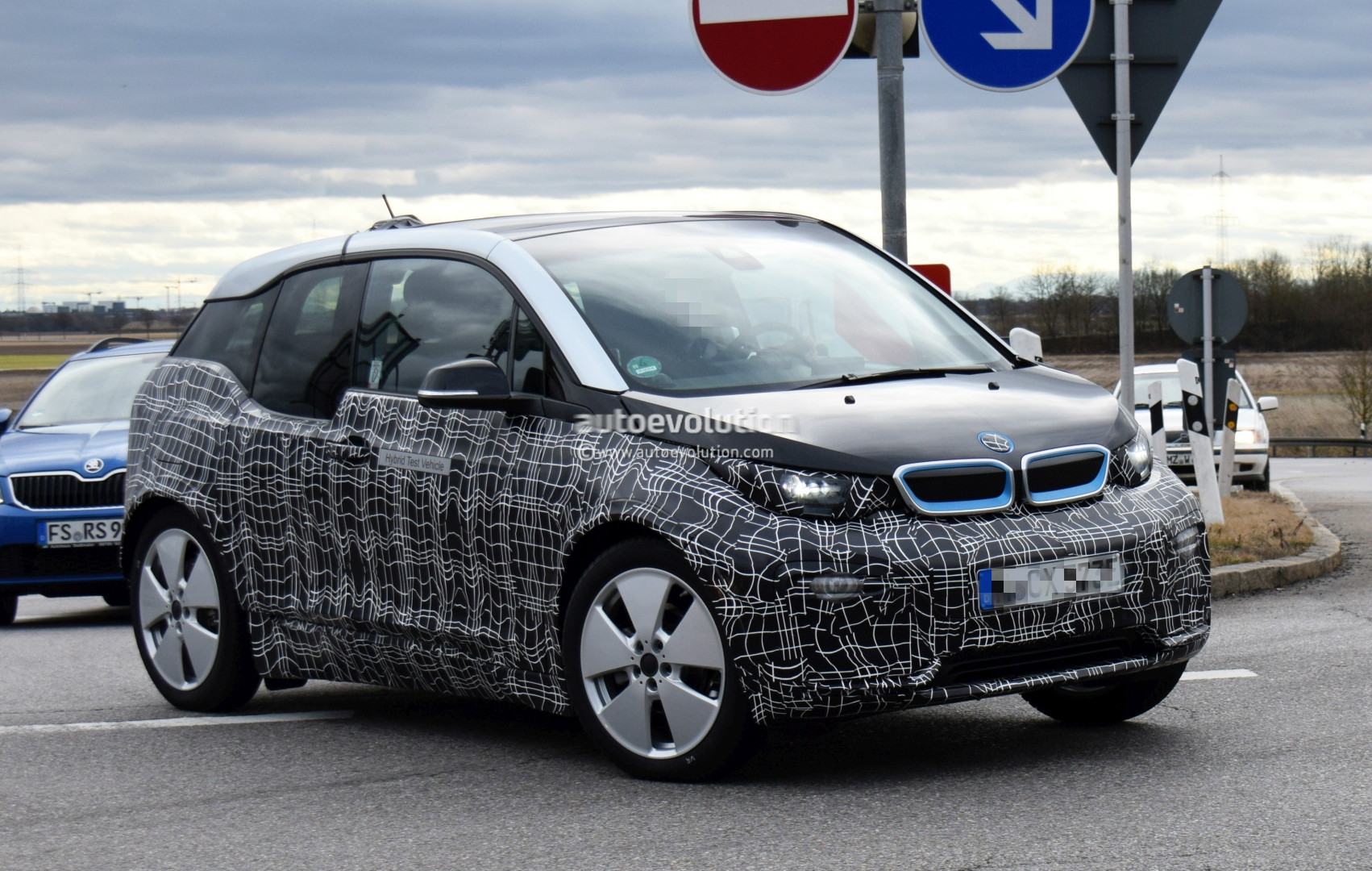 2018 bmw i3 facelift spotted in german traffic i3s electric hot hatch rides low autoevolution