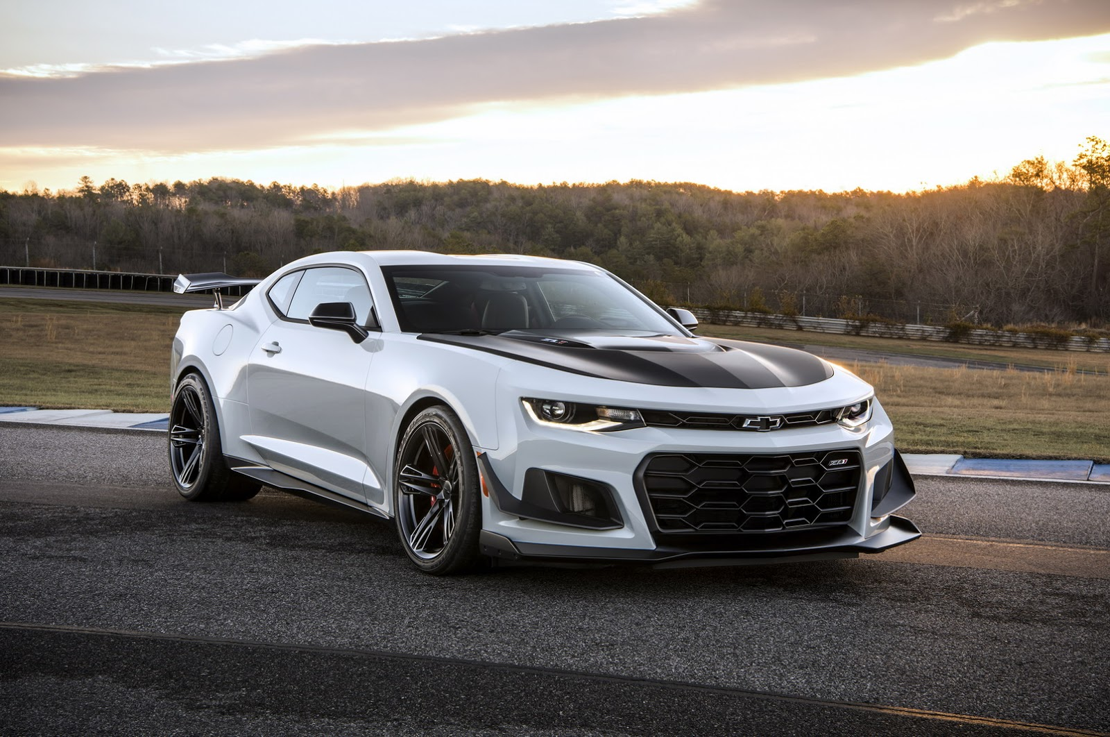 2018 Chevrolet Camaro ZL1 1LE Revealed, Is a Race Car With Plates ...