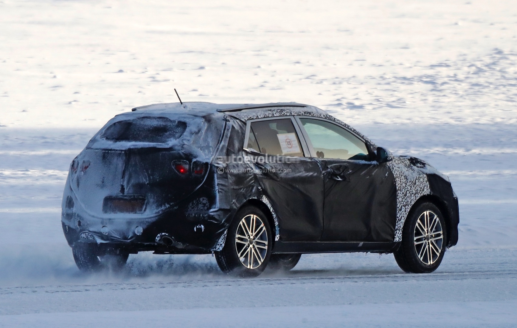 2018 kia stonic spied playing in the snow autoevolution. Black Bedroom Furniture Sets. Home Design Ideas