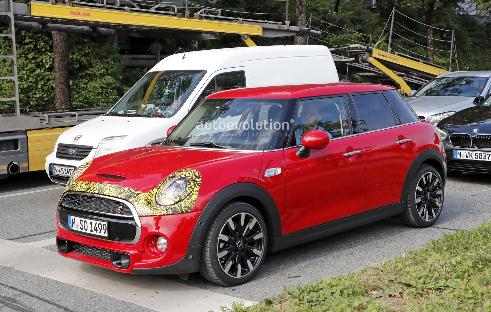 2018 mini cooper s 5 door facelift spied what 39 s so different autoevolution. Black Bedroom Furniture Sets. Home Design Ideas