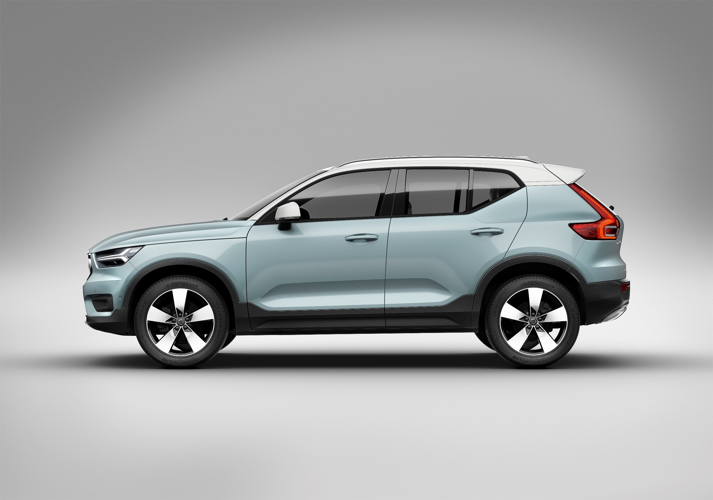 2018 volvo xc40 t5 awd momentum starting at 35 200 autoevolution. Black Bedroom Furniture Sets. Home Design Ideas