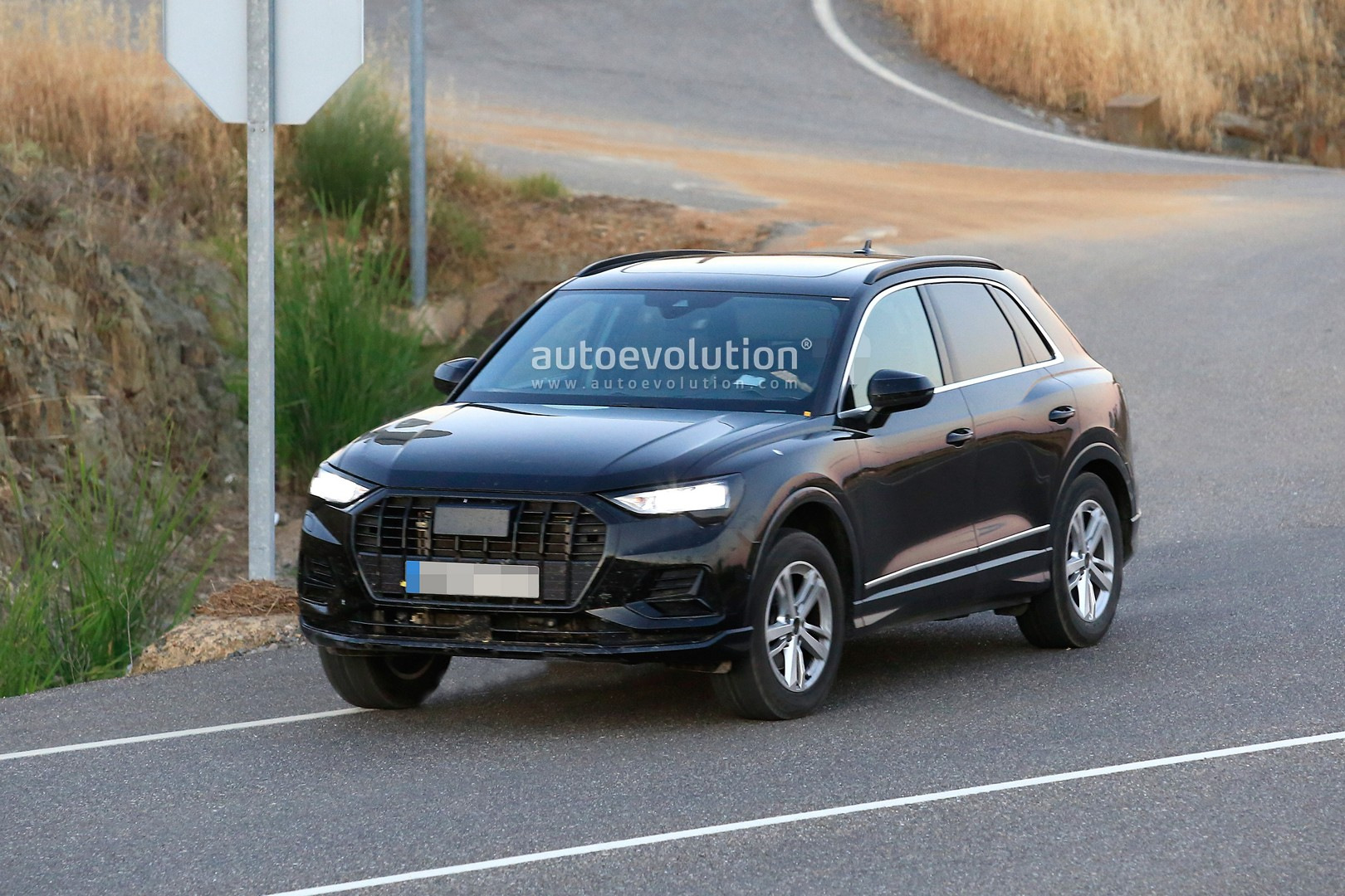 spyshots 2019 audi q3 caught undisguised looks like a mini q8 autoevolution. Black Bedroom Furniture Sets. Home Design Ideas