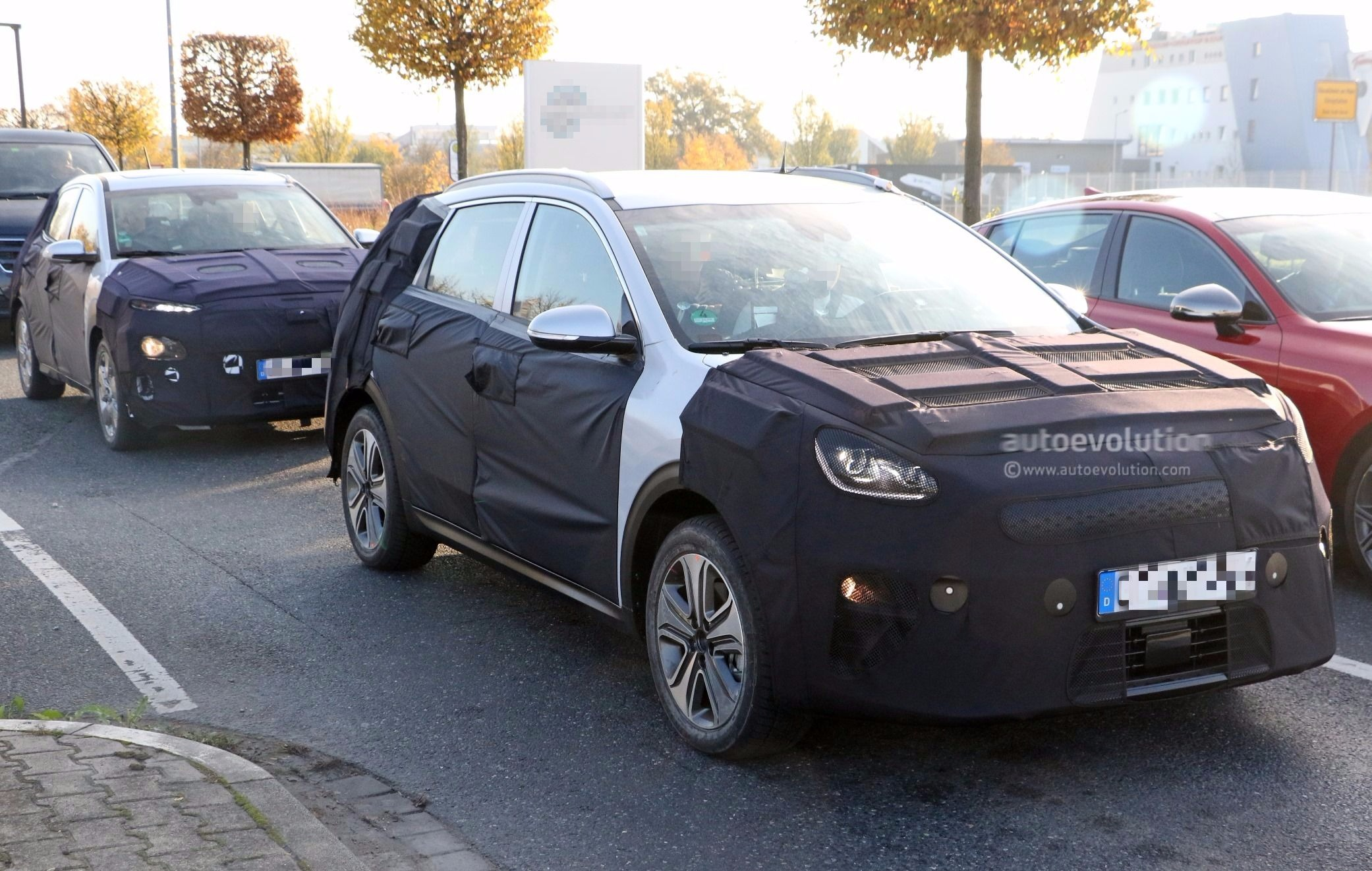 spyshots 2019 kia niro electric parked next to hyundai kona electric in germany autoevolution. Black Bedroom Furniture Sets. Home Design Ideas
