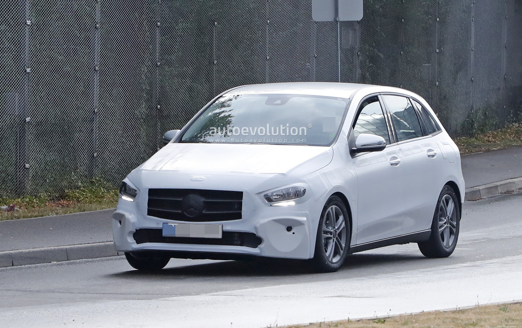 2019 mercedes b class drops camo looks ready for debut autoevolution. Black Bedroom Furniture Sets. Home Design Ideas