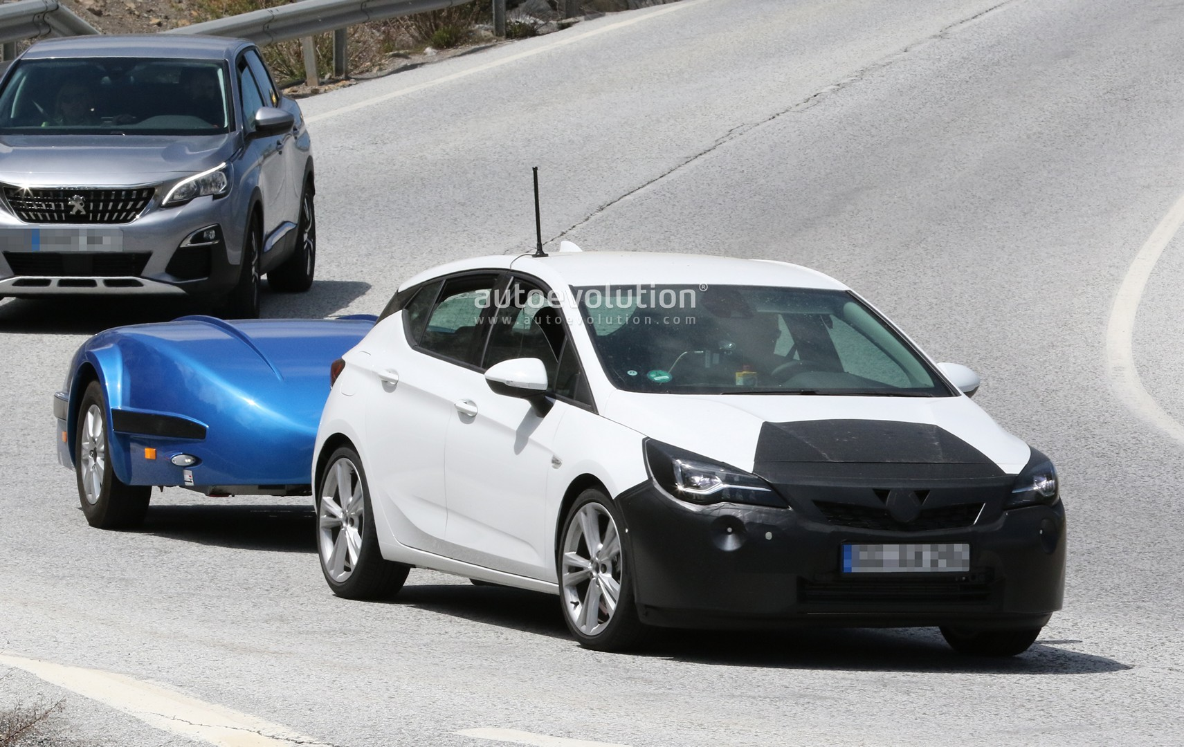 2019 Opel Astra Facelift Spied Undergoing Hot Weather Testing With Peugeot 3008 Autoevolution