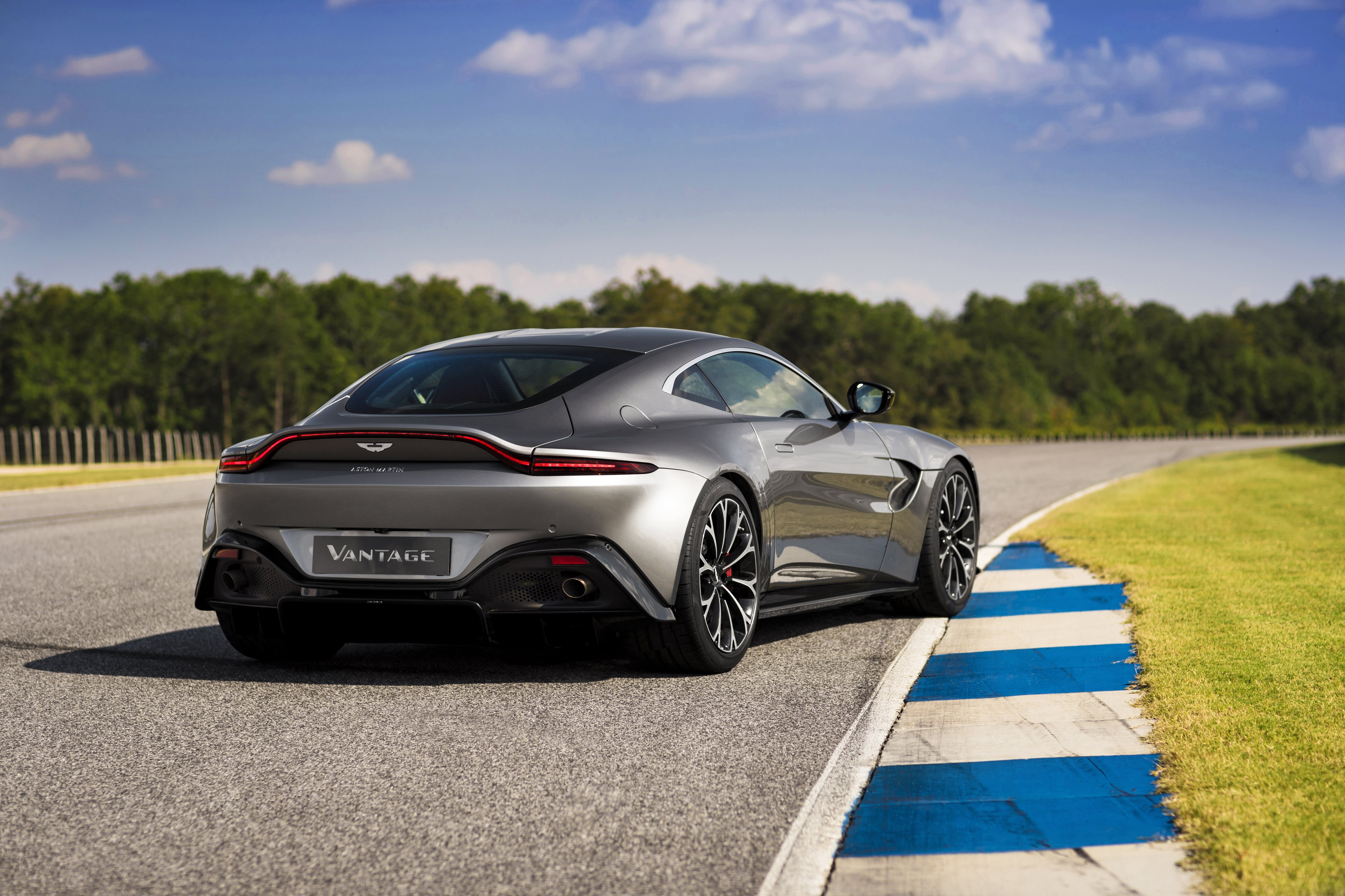 Aston Martin V Vantage Confirmed To Add Manual Transmission - Aston martin vantage v8