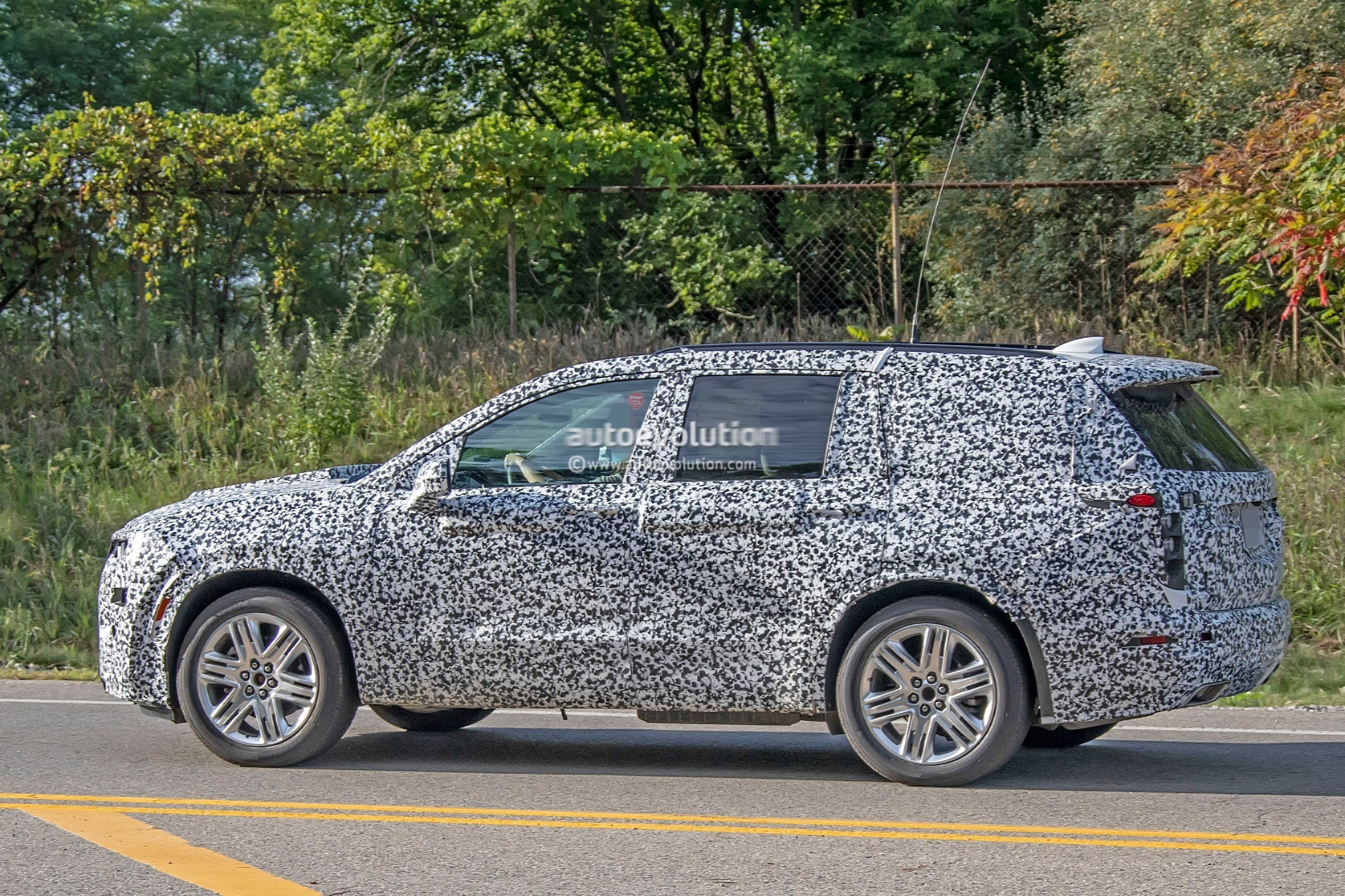 2020 Cadillac Xt6 Spied With Seating For Seven People Autoevolution