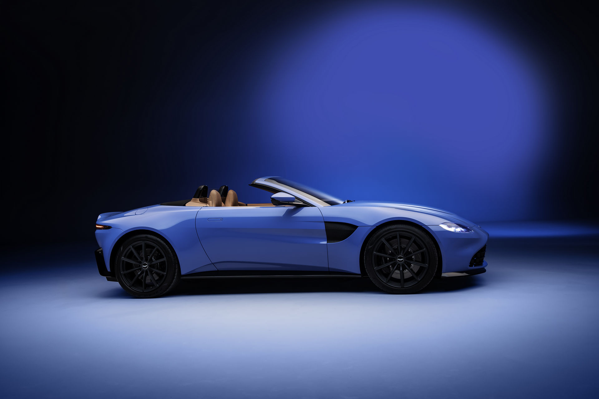 2021 Aston Martin V8 Vantage Roadster Boasts World S Fastest Folding Soft Top Autoevolution