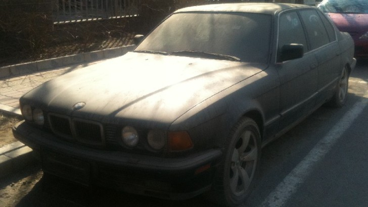 Abandoned BMW E32 7 Series Spotted in China