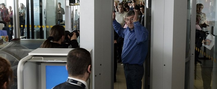 Compare Phones Side By Side >> Airport-Style Scanner Used in Britain's Toughest Prison to ...