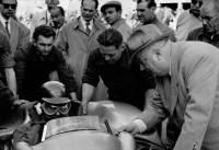 Giving last minute race instructions to Juan Manuel Fangio