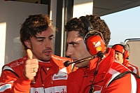 Alonso talks to race engineer Andrea Stella