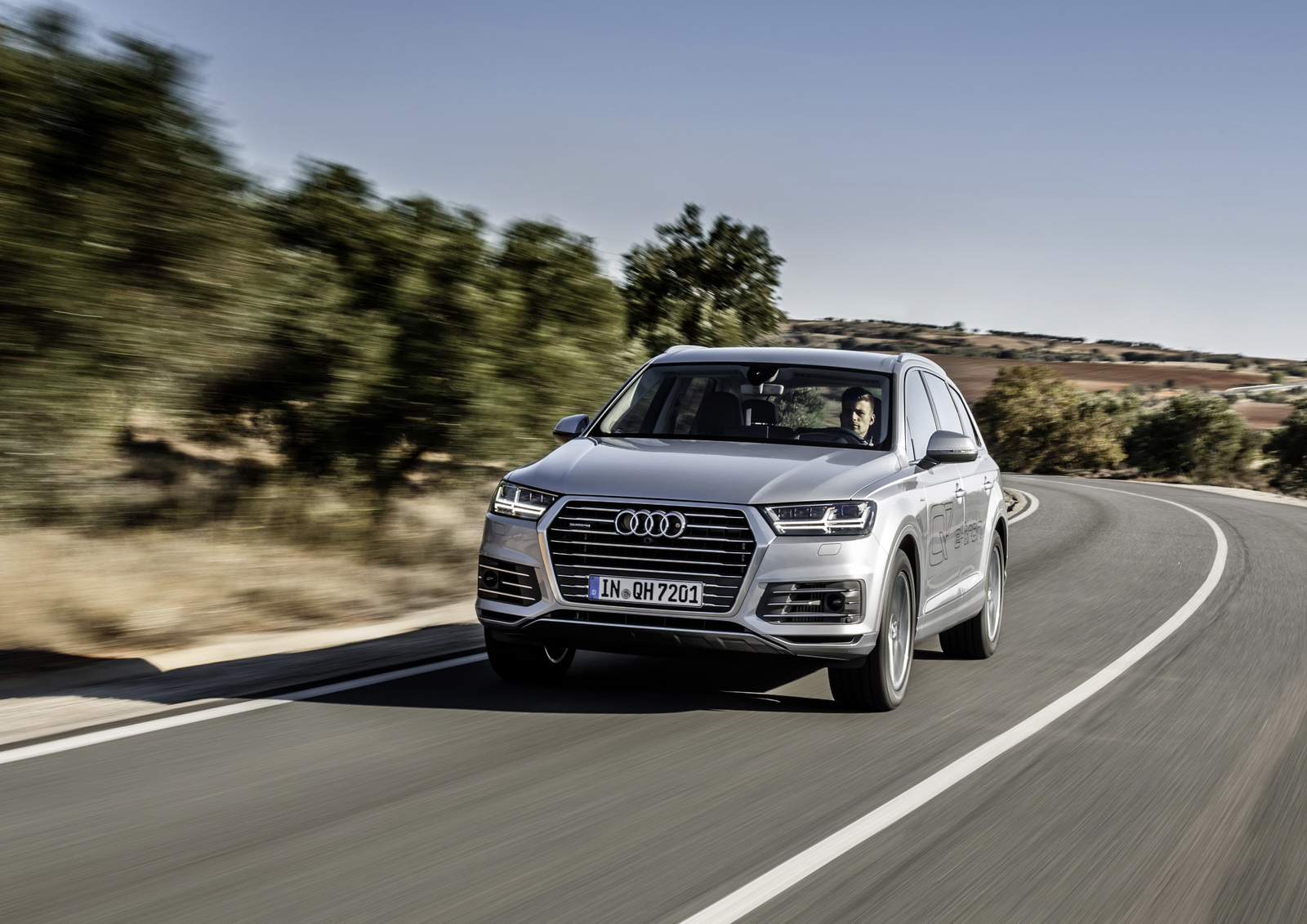 16 Photos Audi Q7 E Tron