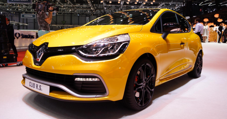 Battle of the 200 HP Hot Hatchlings: Clio RS vs 208 GTI [Live Photos]