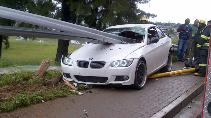 Bmw 335i Meets Guard Rail Gets Totaled Autoevolution