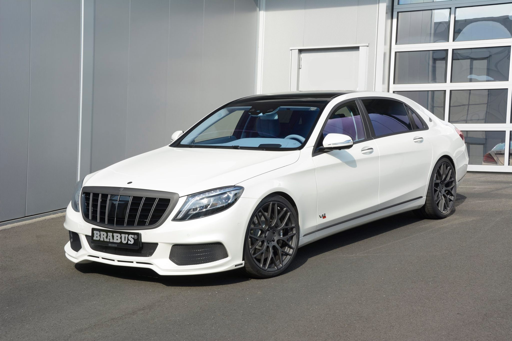 Maybach S600 Turns Into Brabus Rocket 900 With Blue