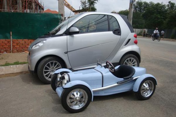 bugatti t35 next to a smart fortwo