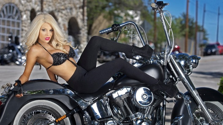 Salutations kissiennes. - Page 39 Courtney-stodden-is-stunning-hot-riding-a-harley-davidson-85342-7