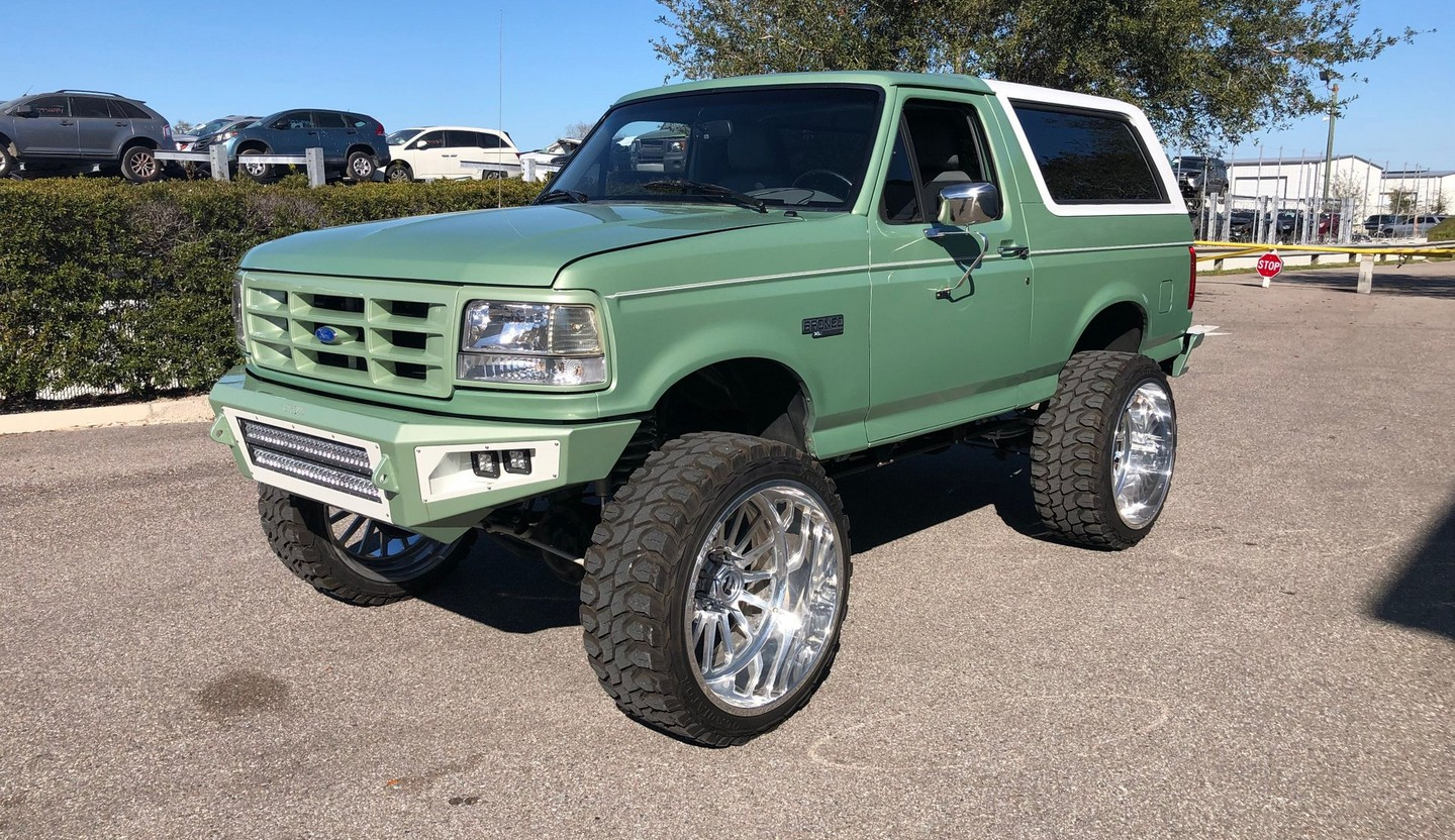 Decked Out 1994 Ford Bronco Xlt Mixes Urban Bling With Military Green Coolness Autoevolution