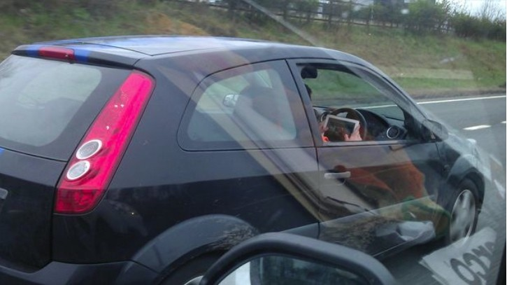 Driver Plays iPad Racing Game While Sweeping with 65 Mph on the Motorway - autoevolution