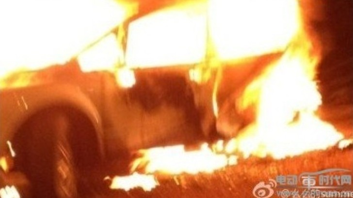 Drunk Driver in GT-R Causes Fatal Accident in China - EV Taxi Catches Fire