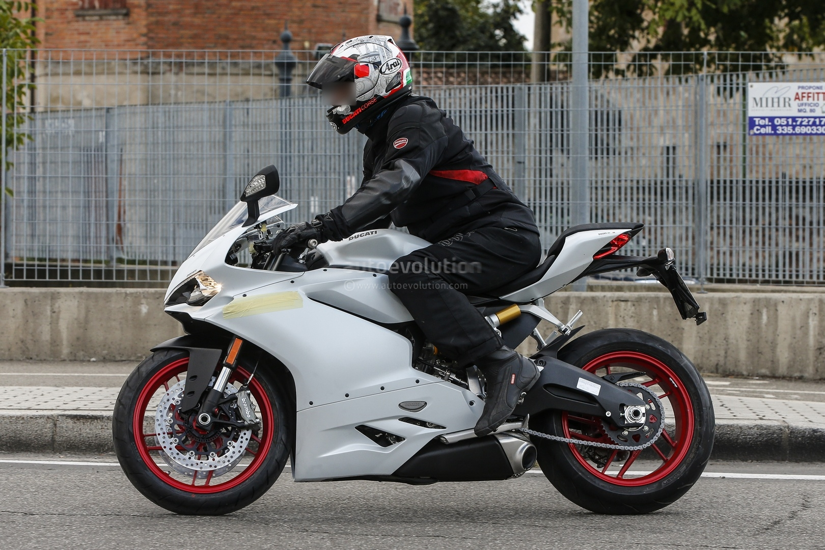 meet the ducati 959 panigale in the flesh autoevolution. Black Bedroom Furniture Sets. Home Design Ideas