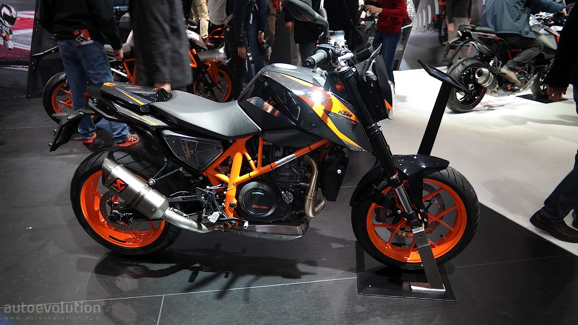 eicma 2015: ktm duke 690, 690r get more power, extra goodies for