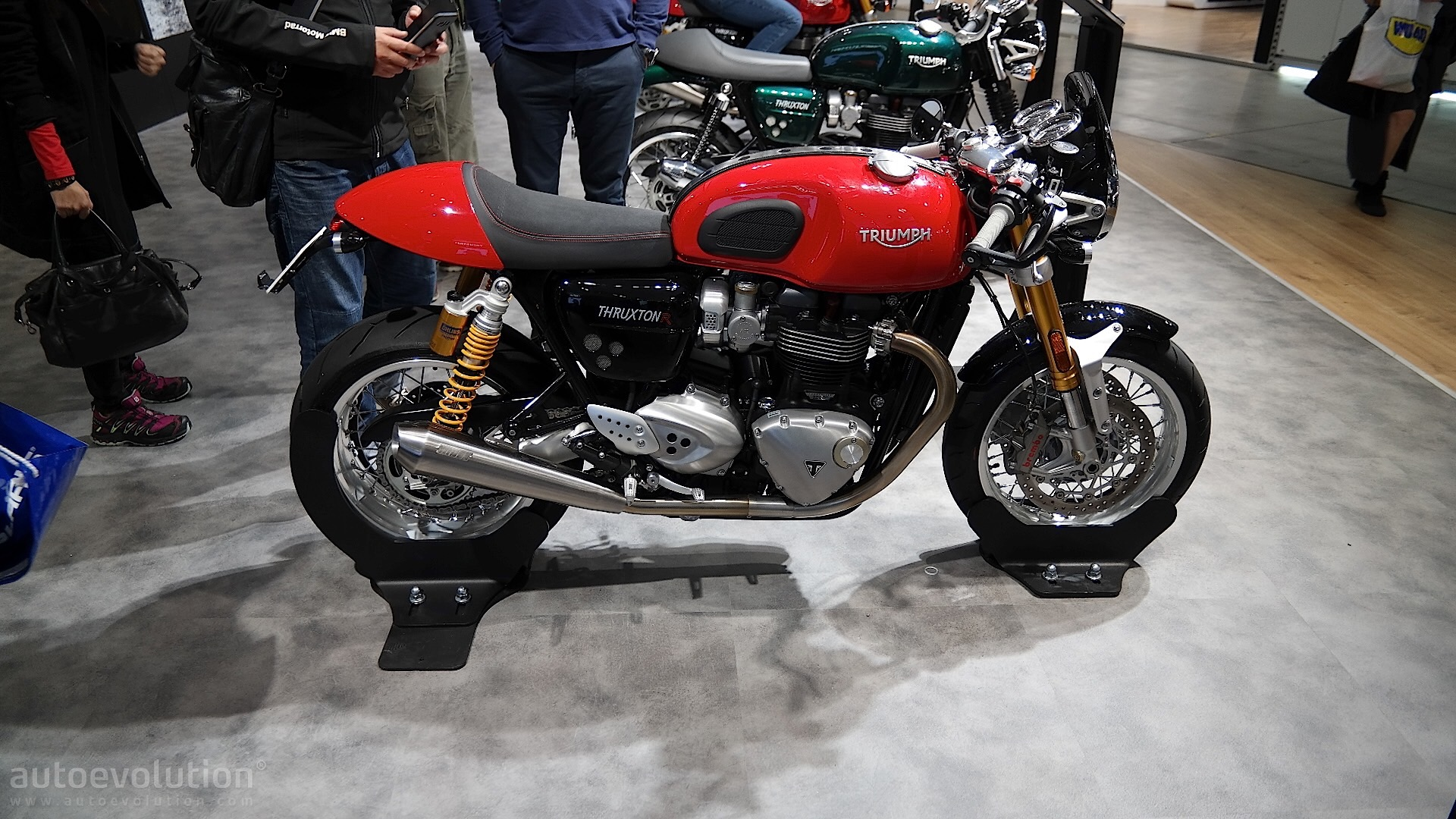 eicma 2015 triumph thruxton and thruxton r look sharp and tidy autoevolution. Black Bedroom Furniture Sets. Home Design Ideas