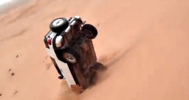 Failed Dune Jumping Maneuver Proves Solidity of Toyota FJ Cruiser [Video]