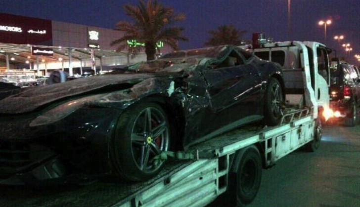 Ferrari F12 Berlinetta Extreme Crash in Middle East
