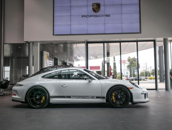 flawless porsche 911 r for sale with just 24 miles on the clock autoevolution. Black Bedroom Furniture Sets. Home Design Ideas