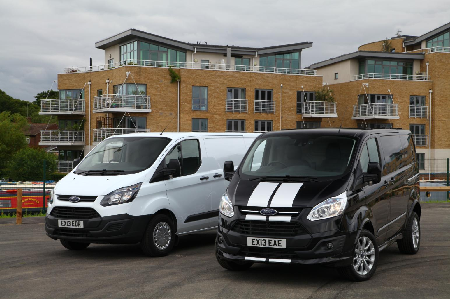 ford of britain celebrates success with 10 000 new transit customs sold autoevolution. Black Bedroom Furniture Sets. Home Design Ideas