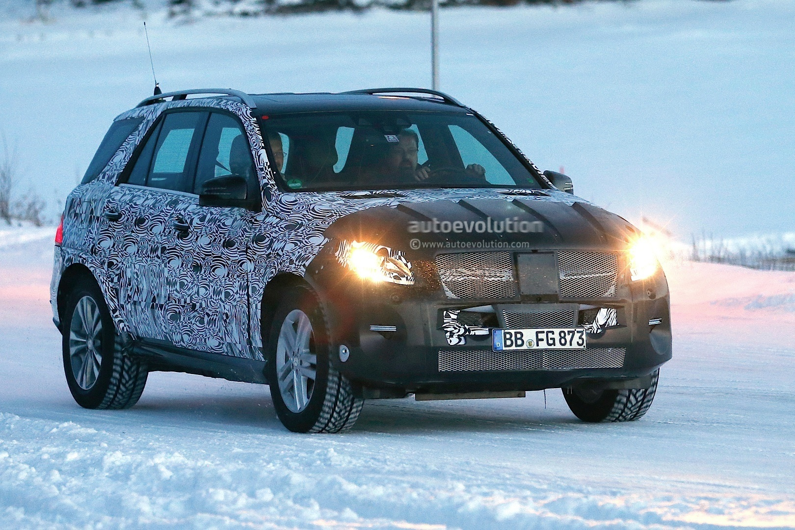 2015 - [Mercedes] GLE [W166] 2015-mercedes-benz-m-class-facelift-playing-in-the-snow-photo-gallery-1080p-1
