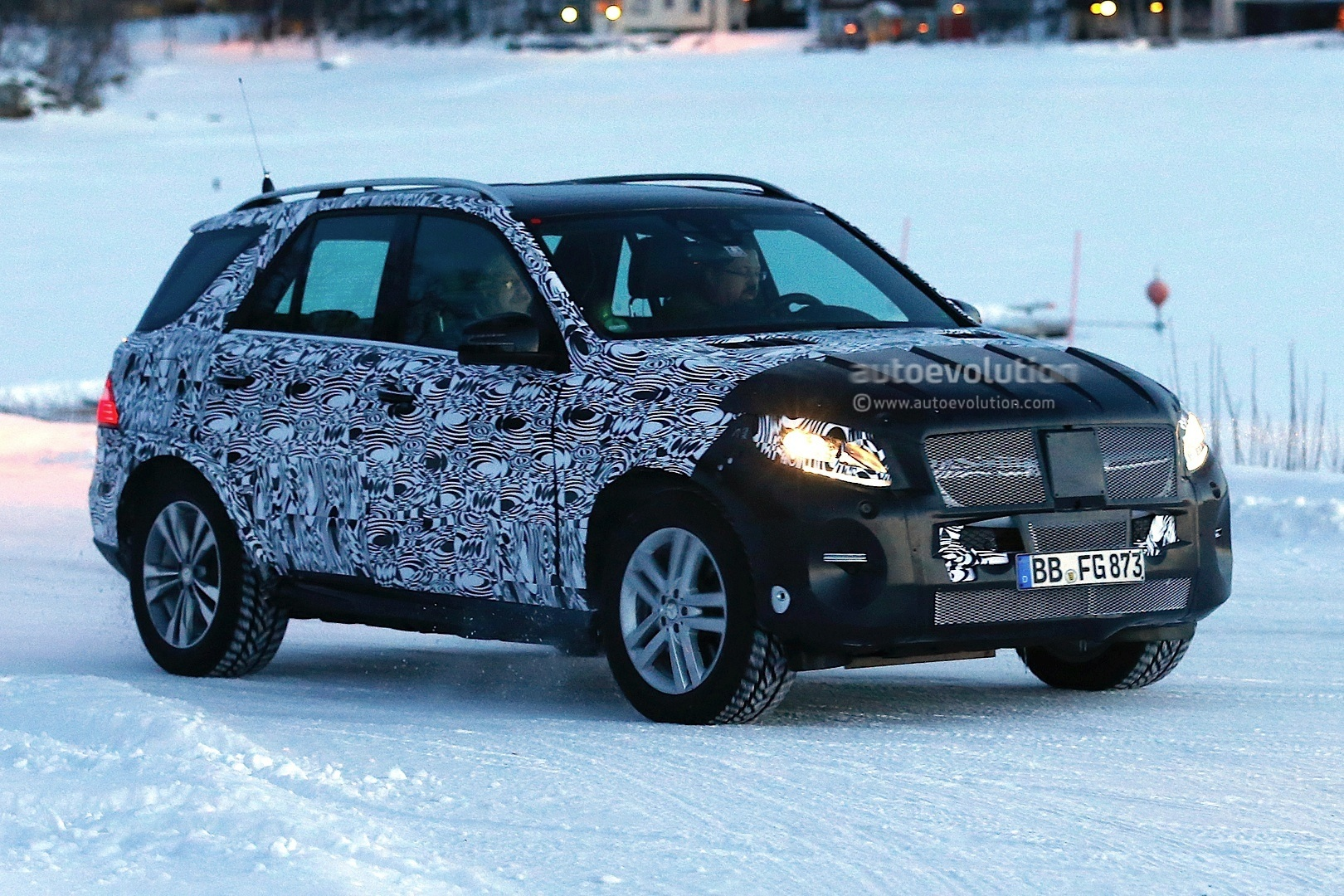 2015 - [Mercedes] GLE [W166] 2015-mercedes-benz-m-class-facelift-playing-in-the-snow-photo-gallery-1080p-2
