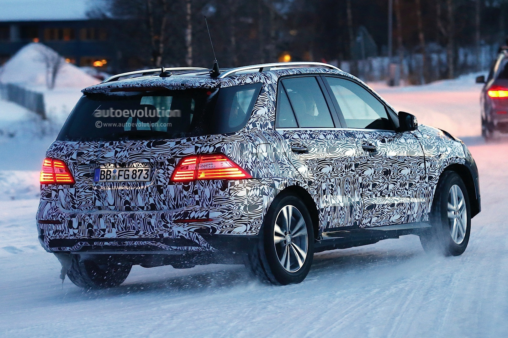 2015 - [Mercedes] GLE [W166] 2015-mercedes-benz-m-class-facelift-playing-in-the-snow-photo-gallery-1080p-5