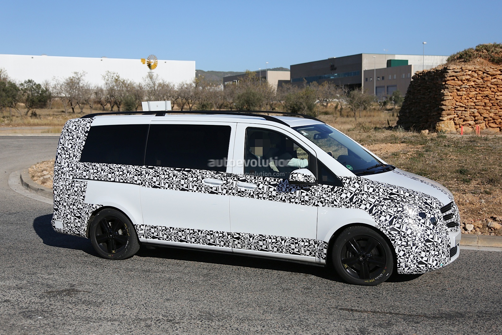 2014 - [Mercedes] Classe V/Vito - Page 4 Herd-of-2015-mercedes-benz-v-class-prototypes-caught-in-the-open-photo-gallery-1080p-10