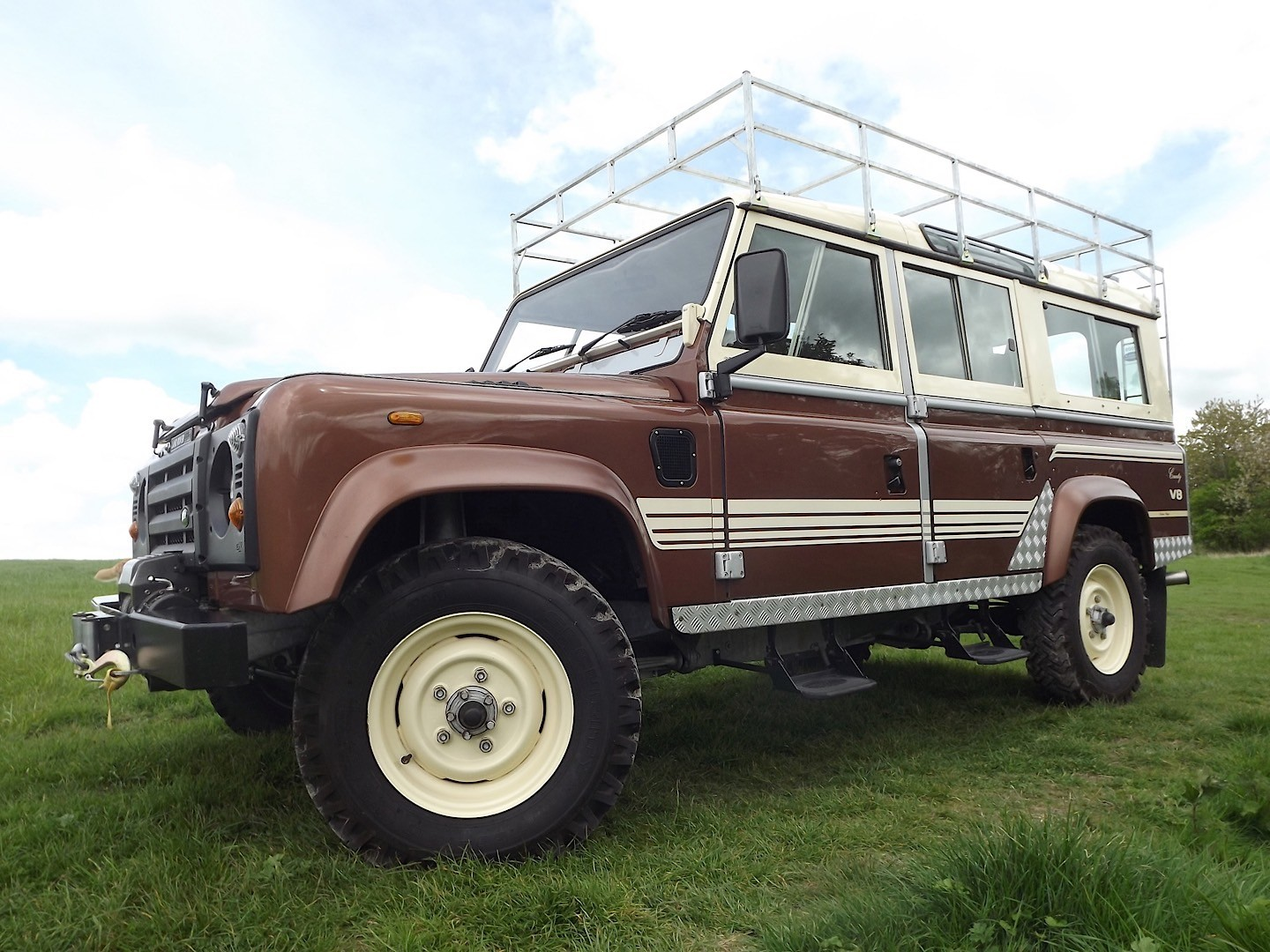 1983 land rover 110 county station wagon up for auction as the ultimate defender autoevolution. Black Bedroom Furniture Sets. Home Design Ideas